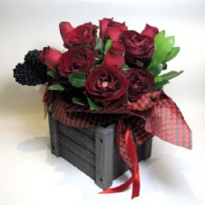 Red roses in a wooden box / Κόκκινα τριαντάφυλλα σε ξύλινο καφάσι